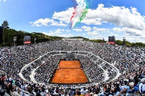 италијанската авијација над тенискиот терен за време на турнирот