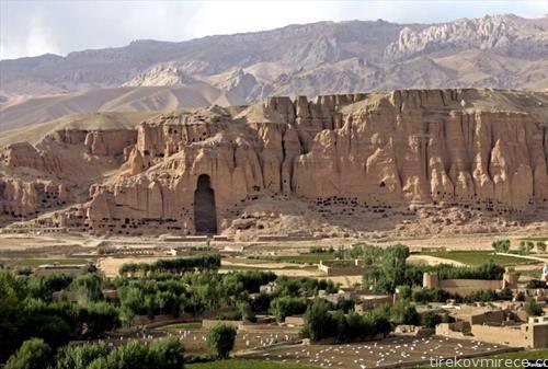 празно место во карпите, каде беше статуата ан Буда, која талибанците ја уништиле.