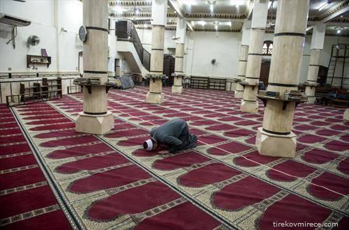 џамија во Каиро празна