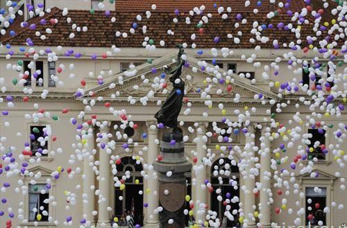 со илјадинци балони пуштени во воздух се чека Нова Година во Сао Паоло