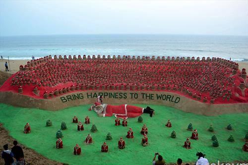 Песочни скулптури на Дедо Мраз направени од индискиот песочен уметник Сударшан Патнаик  Индија