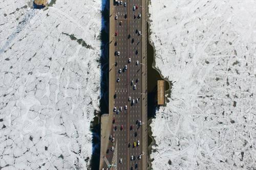 сообраќај на мост, анд замрзната река во Кина