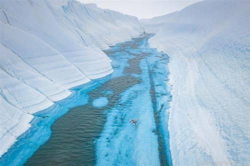 50- годишен Англичанец плива на источниот Антарктик,за да привлече внимание за еко системот на планета пливаше 10 минути и 17 секунди