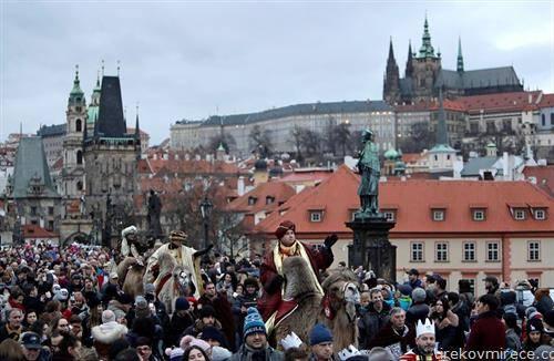 трите крала на камили јаваат во Прага
