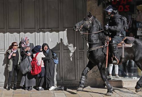 Израелската полиција на коњи, Палестинките преплашени,  во Источен Ерусалим