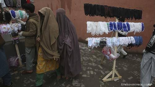 заштитни маски на пазар во Пакистан