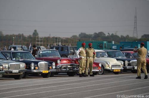 Војници на пакистанската армија позираат пред автомобили олтајмери