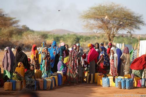 жени во сомалија чекаат во ред за вода за пиење