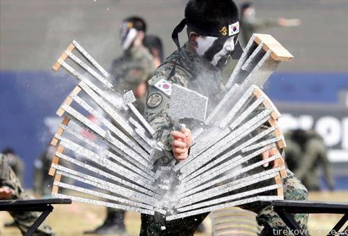 припадник на специјалните сили на војската ан Јужна Кореја крши мермерни блокови