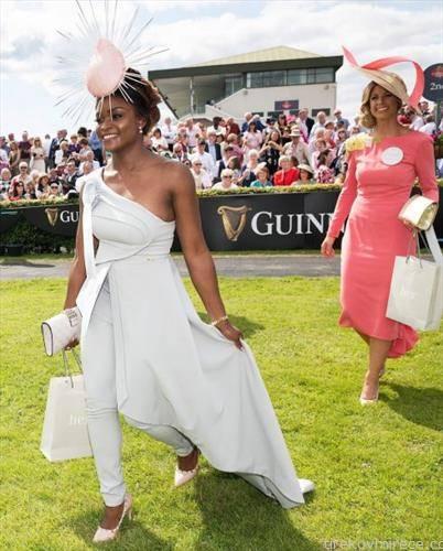 дами пристигнуваат на коњска трка во ирска
