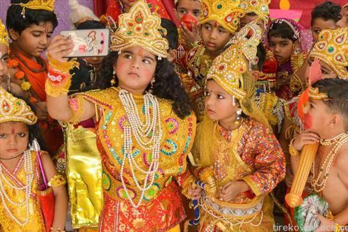 деца на дивали фестивалот во Индија