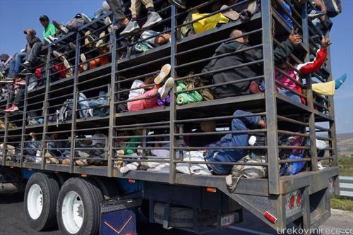 мигранти од централна Америка патуваат на границата од Мексико и сад
