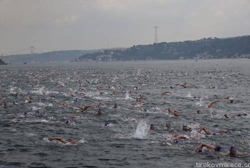 пливачи препливуваат од Азија во Европа, кај Истанбул
