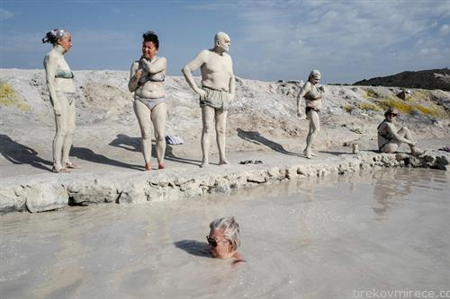 капачи се мачкаат со сулфурна кал на Сицилија