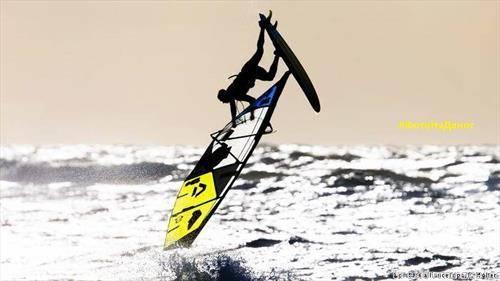 скокот на Шпанецот Виктор Фернандез за време на натпреварувањето во јавање на бранови