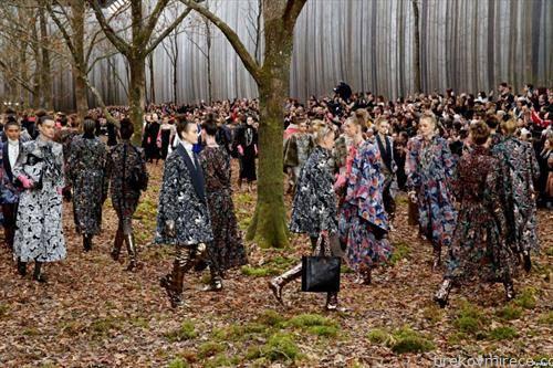 Карл Легенфилд со своја модна ревија во шума близу Париз