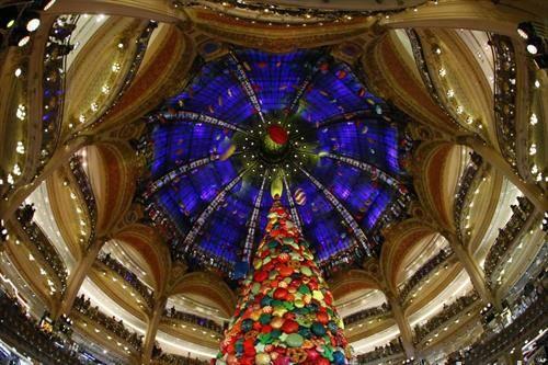 големата Божикна елка во лафает галеријата во Париз