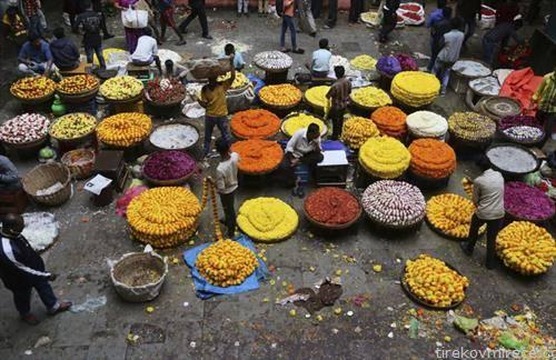пазар на цветни венци во Индија
