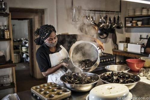 се подготвуваат школки во ресторан во јужна африка.