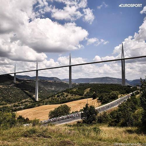 највисокиот мост на светот и под него велосипедисти од Тур д Франс