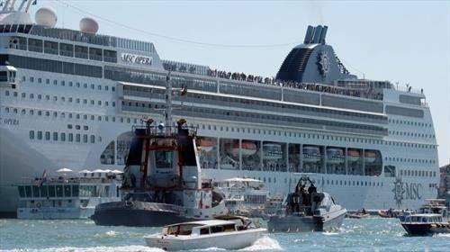 Крузер  во Венеција се судри со туристички брод