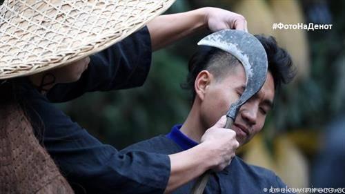 мештанин во селото Фанпаи  на староседлците  Миао го покажува традиционалниот начин на потстружување во регионот со срп