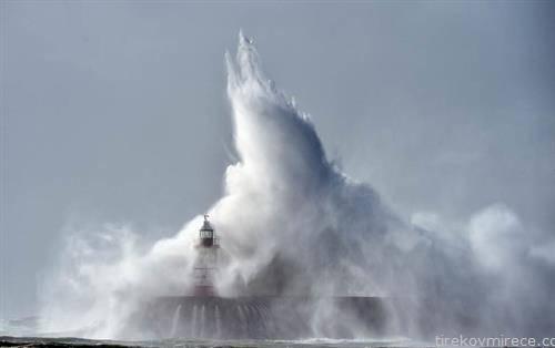 огромни морски бранови на  југот на Англија