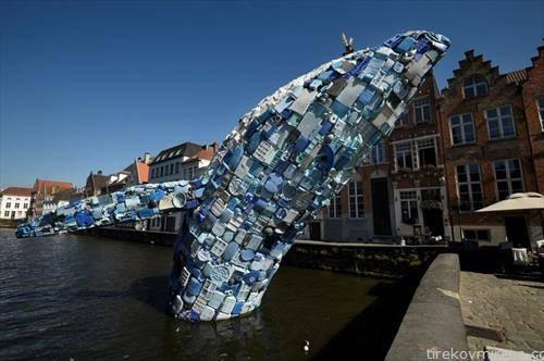 уметничка инсталација, делфин од 12   м. составен од пет тони пластичен отпад извлечен од Тихиот Океан, претставени во Бриж Белгија