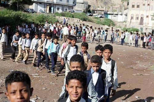 Момчиња во град во Јемен, одат на училиште, каде  поранешен  наставник  постави бесплатно училиште во својот дом, предава за 700 ученици.