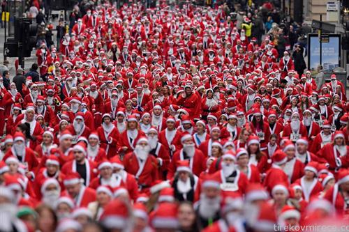 илјадници дедо мразови на улична трка во Глазгов