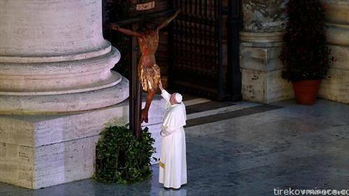Папата сам на молитва за пандемијата