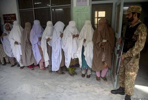Пакистанки чекаат во редица за да гласаат за нов пратеник