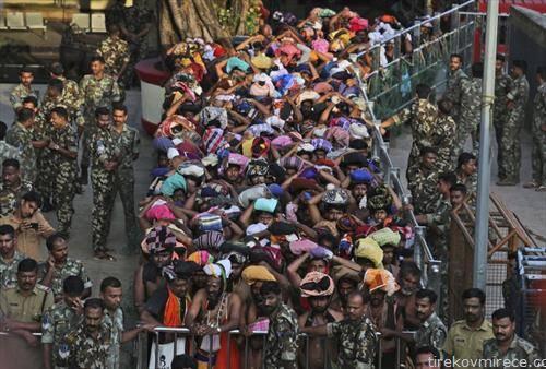 Хинду аџилак  приврзаници  чекаат да се поклонат во храм Сабаримала државата Керала, Индија, отворен еден ден