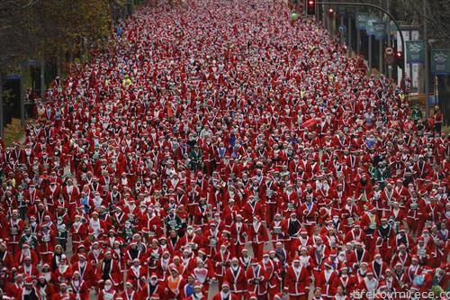 илјадници дедо мразови на трка во Мадрид