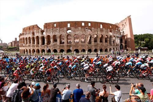 велосипедисите на трката Џиро стасаа до Рим, пред Колосеумот