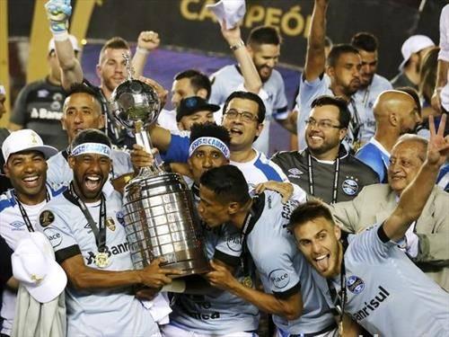 екипата на гремио од Бразил  го освои победничкиот пехар на купот на шампионите на Јужна Америка во фудбал