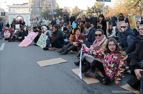 Протест пред Собранието, пораката е -Сакаме да дишеме
