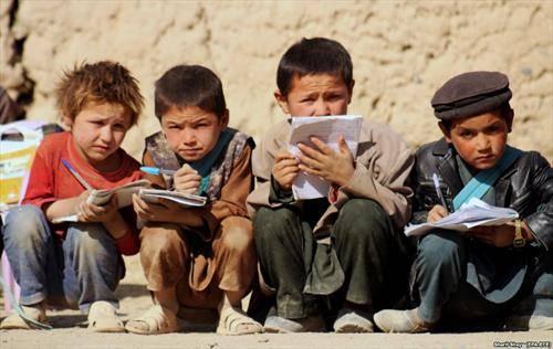 Авганистански момчиња фотографирани на училиштен час во градот Бадакшан