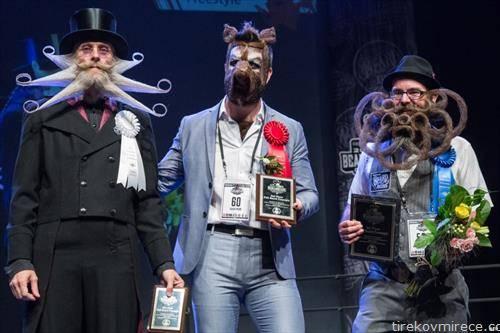 Третопласираниот Арни Билефилд, првакот Исаја Веб и второпласираниот Џејсон Кили на светското неформално првенство во форма за мустаќи во Остин  САД
