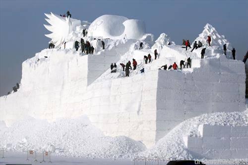 се градат  снежните фигури во Кинески леден град