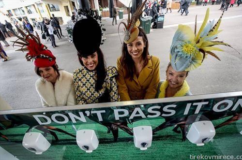 на коњските трки во Лондон кaде глaвни се женските шешири