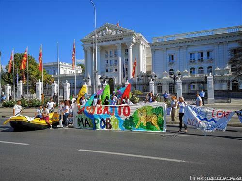 Активистите кајакареа пред македонската Влада, со цел подигнување на свеста на јавноста за значењето на недопрената природа и прекрасните речните долини и кањони