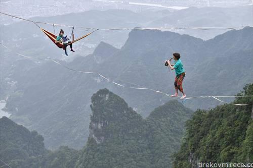 членови на оркестар свират на жица во планините на Кина