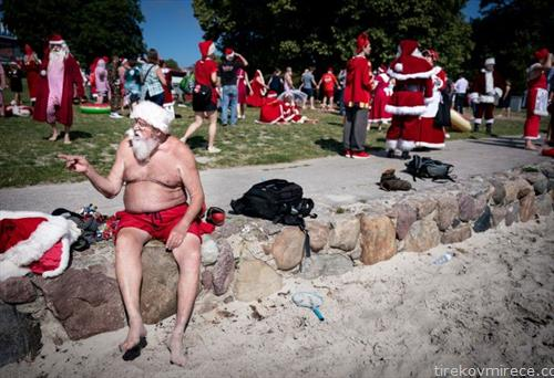 на годишниот собир на дедо мразовци во Копенхаген, се сончаат во слободно време