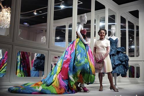 Диор  презентира модел на брендот од 1950 година за време на изложбата 70 години висока мода во Мелбурн, Австралија