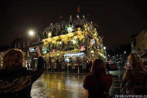 божикно украсен паб во Лондон