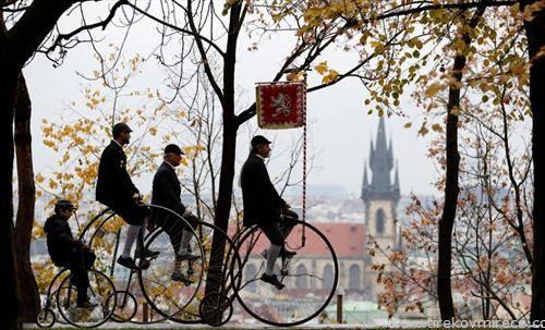 трка на стари велосипеди во Прага