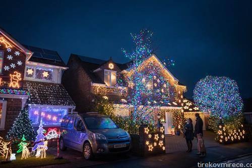куќа во Англија, божикно украсена