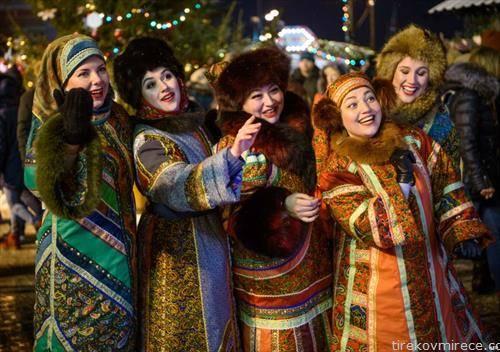 жени на божикниот пазар во Москва