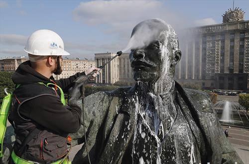 се  чисти споменикот на Ленин како дел од подготовките за 100 годишнина од болшевичката револуција. Москва, Русија